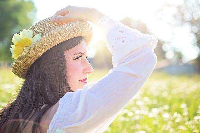 kytka na klobouku
