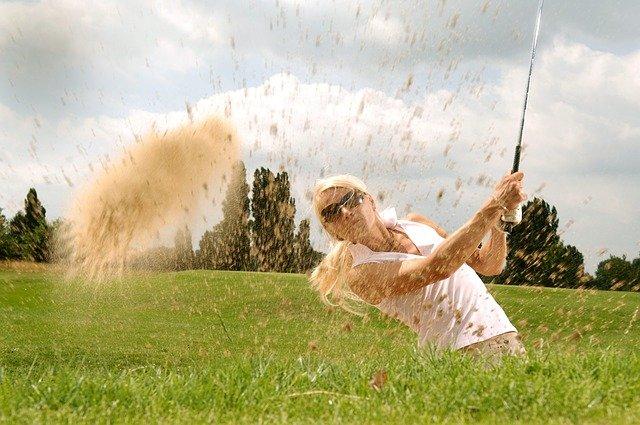 blonďatá golfistka