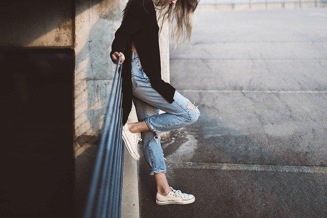 dívka na mostě