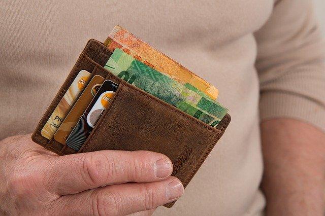 ruka muže s peněženkou