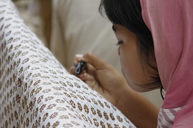 děvče a batika
