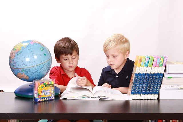 Sourozenci při učení