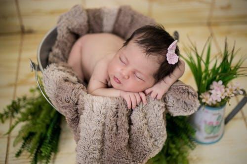 novorozeně v kýblu